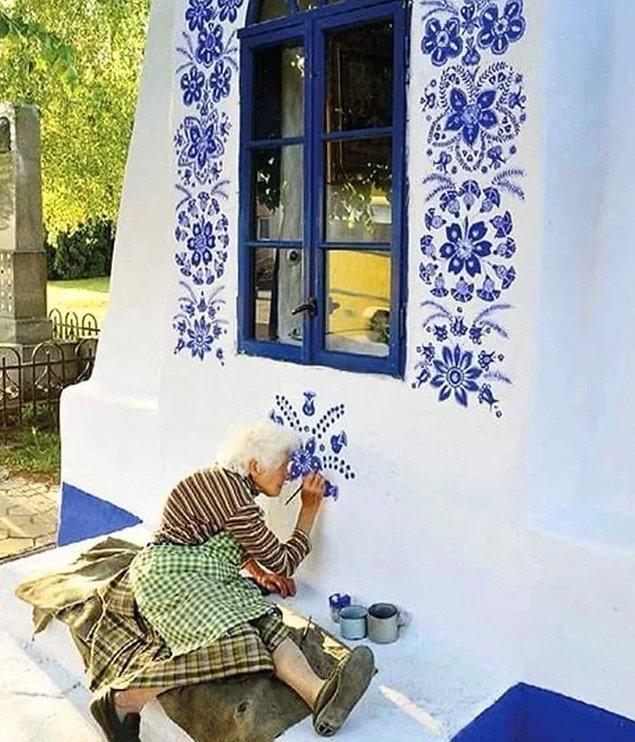 6. Çekya'da yaşayan 91 yaşındaki kadın, bir köyü sanat galerisine dönüştürmüş.