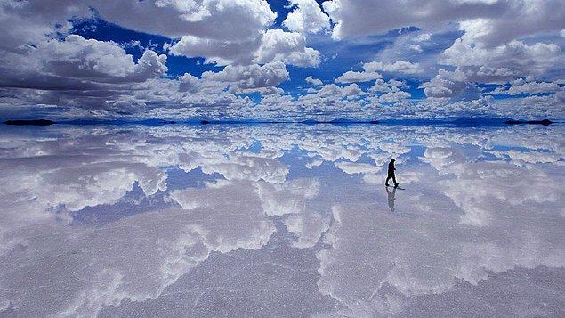 Otel dünyanın en büyük ve güzel göllerinden biri olan Salar de Uyuni Tuz Gölü'nün yakınına inşa edilmiş.