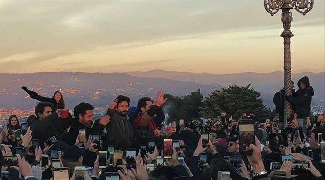 15. La Casa De Papel'in üçüncü sezonunun çekimleri sırasında dizi oldukça büyük bir popülarite kazanınca çekim yapmakta zorlanmışlar. Çünkü çekim için gittikleri her yerde sete hayranları doluşuyormuş!