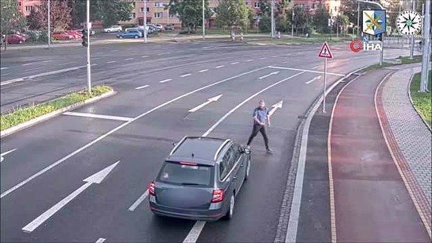 Aracın Önüne Atlayıp Ardından da Hiçbir Şey Olmamış Gibi Yoluna Devam Eden Adam