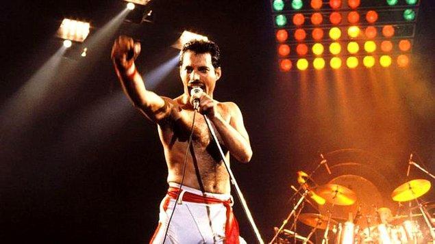 4. Freddie Mercury, çocukluğunun çoğunu Hindistan'da geçirmiştir ve yedi yaşında akrabalarıyla yaşarken piyano dersleri almaya başlamıştır...