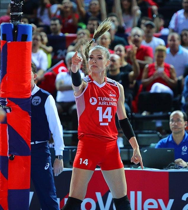 10. Eda Erdem, Avrupa Şampiyonası'nda giydiği formayı Ajda Pekkan'a hediye etti!