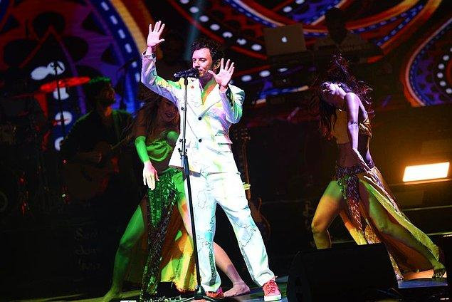 12. Ürgüp'te konser veren Buray'ın konser sırasında seyirciler sahneye çıkınca 12 bin liralık sazı çalındı!
