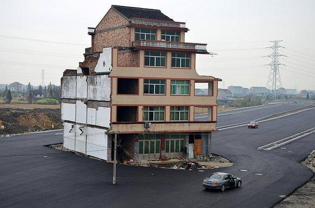 10. Çin'in Wenling, Zhejiang eyaletinde evlerinin yıkılmasına izin vermeyen yaşlı çift yolun ortasında bu şekilde kaldı: