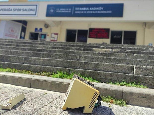 'Barınamıyoruz' Diyen Öğrenciler Gençlik Hizmetleri ve Spor İlçe Müdürlüğü Önüne Para Sayma Makinesi Attı