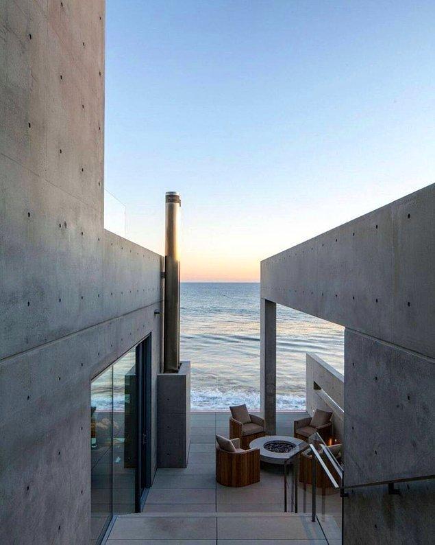Yapının bin 200 ton dökme beton ve 200 ton çelik takviyeye ek olarak kuma batmaması için zemine 20 metre derinliğinde inen 12 direkle inşa edildiği biliniyor.