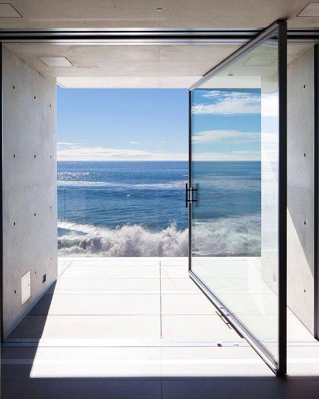 En üst katta ise yatak odası süiti ve okyanusu izleyebileceğiniz özel teras var! Pasifik Okyanusu'na bakan evden dillere destan bir manzara görünüyor...