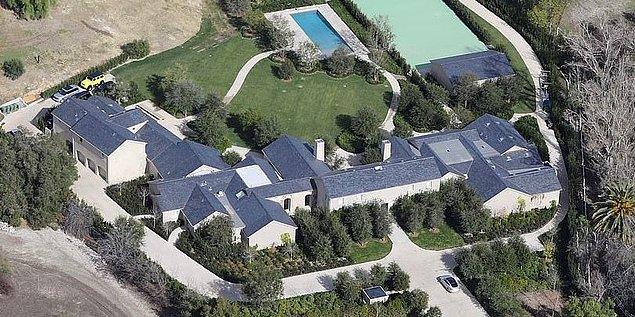 Ev ayrıca Kanye'nin eskiden Kim'le beraber yaşadığı 60 milyon dolarlık 'Hidden Hills' evine 30 dakika mesafede yer alıyor.