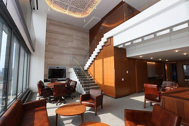 Modern tarzda tasarlanan binanın salonunu görünce fazlasıyla etkilendik...