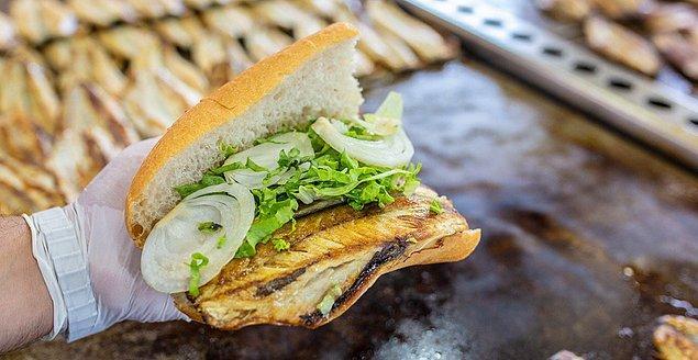 1. Biraz klasik ama mutlaka gidip Eminönü'nde bir balık ekmek yenmeli...