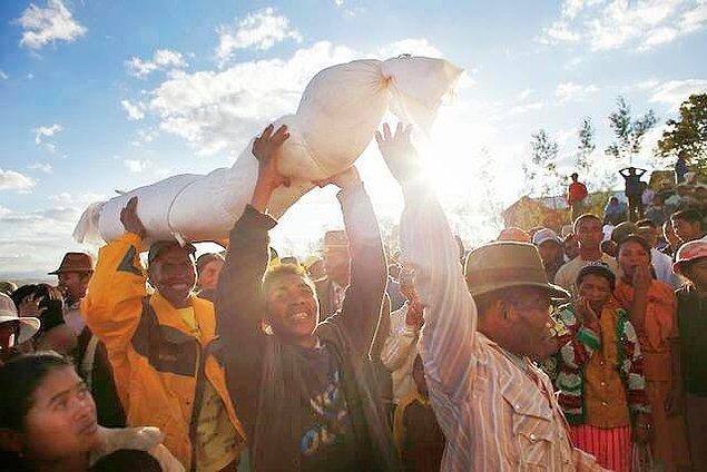 4. Madagaskar'da ölülerle dans ediliyor.