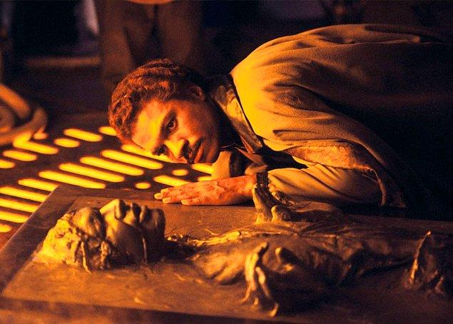 14. Yıldız Savaşları: İmparator filminde Harrison Ford dondurulmuştu çünkü sadece ilk iki film için anlaşma imzalamıştı.