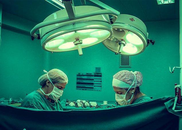 16. Bilinen en uzun ameliyat 2001 yılında 20 doktorluk bir grup tarafından gerçekleştirildi. 103 saat sürdü.
