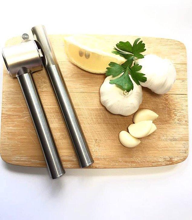 13. İyi bir sarımsak eziciniz varsa yemek yapmak çok daha kolay olacak, kesin bilgi. Ikea sarımsak ezici, işini en iyi yapanlardan biri.