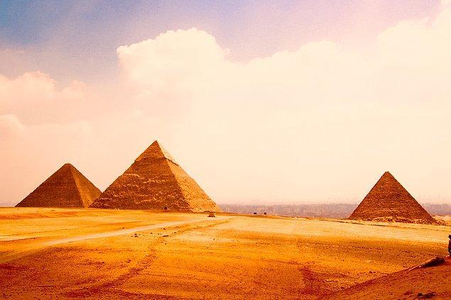 23. Eski taşocağında bulunan bakır keskiler, odun çekiçler gibi aletlerle Büyük Piramit'in 2500 kiloluk bir kısmının replikasını yapmak 4 kişinin 4 gününü almış.