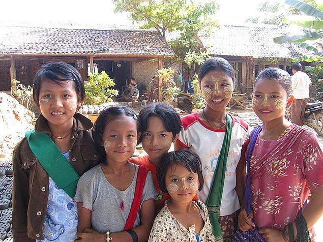 Himba kadınları ile benzer şekilde Burma'da yaşayan kadınlar da thanaka ismi verdikleri elma ağacının kabuklarından yapılan bir karışım ile güneş yanıklarına önlem alıyor.