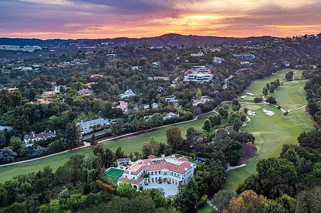 Sanatçının yeni evinin mükemmel manzarası da prestijli bir sosyal tesis olan 'Bel Air Country Club'a bakıyor.
