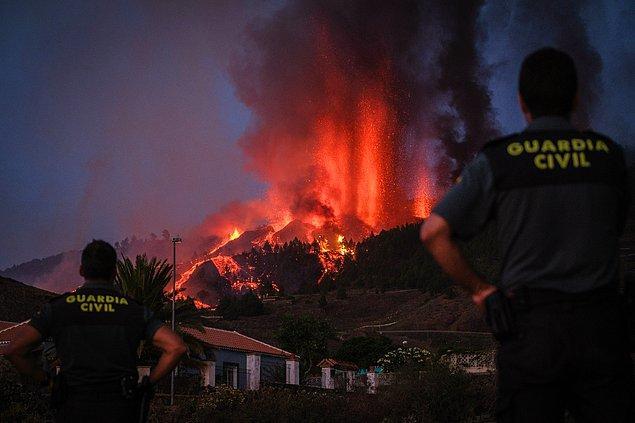 Gökyüzüne siyah duman bulutları yayıldı ve La Palma adasındaki Cumbre Vieja yanardağından lavlar püskürdü.