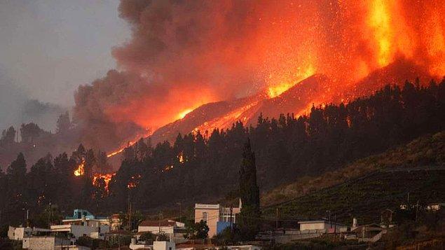 Lavlar ve duman çevrede yaşayan binlerce kişinin evlerinden ayrılmak zorunda kalmasına neden oldu.
