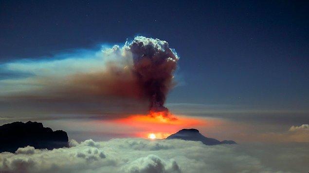 Yanardağın patlama sırasında ve sonrasında çekilen görüntüleriyse oldukça şaşırtıcı. 👇