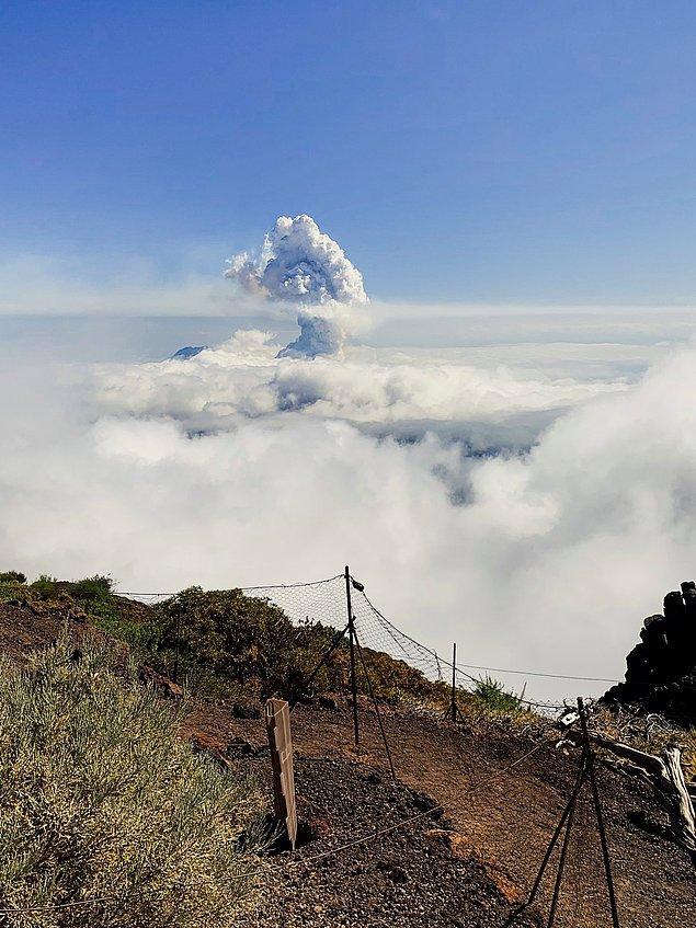 Yüksek bir bölgeden çekilen bu fotoğrafta yanardağdan yükselen dumanlar görülebiliyor: