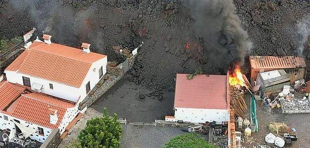 Yanardağdan yayılan küller de çevre bölgelerdeki yerleşim bölgelerine kadar ulaşarak yolları kapatıp evlere zarar veriyor.