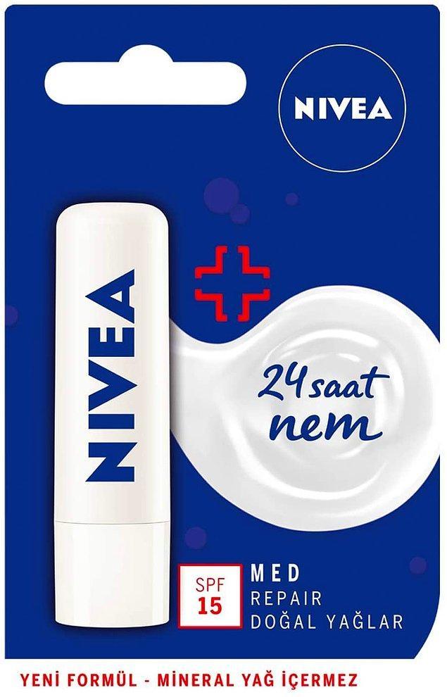 5. Nivea Med Repair dudak bakım kremi, hassas dudakları güçlendirir ve 24 saat nem etkisiyle kurumayı önler.