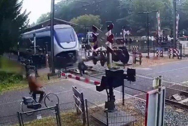 Trenin Altında Kalmaktan Son Anda Kurtulan Kadının Ölümle Burun Buruna Geldiği Anlar