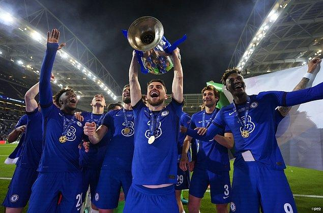 EURO 2020'nin en iyi orta saha oyuncusu olurken, UEFA Yılın Futbolcusu ödülünün de sahibi oldu.