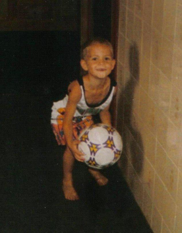 Plajda birlikte futbol oynardık. Hata yaptığımda 'ayağını öyle koyma böyle koy' derdi. Bana futbolu annem öğretti.