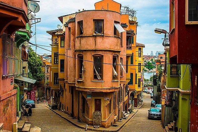 Rengarenk evleriyle son dönemlerde gerek yerel halkın gerekse turistlerin ilgisini çeken Balat, İstanbul'un en gözde semtlerinden biri. Tarihin kokusunu içinize çeke çeke sokaklarında geziyorsunuz. Sizi bambaşka bir zamana götürüyor adeta.