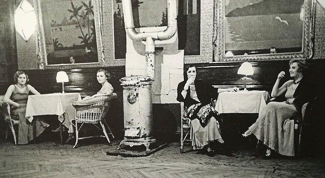 Arşiv meraklıları toplansın çünkü yine ilgi çekici bir portreye yakından bakacağız. O yüzden sizi öncelikle 1940'lara, 1950'lere götüreceğiz. Bu görmüş olduğunuz yer Pera'da bulunan Turan Bar.