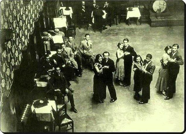 Bu dans yarışmalarından birine katılan Berç Güler Persahyan, ardında 25 çifti sollayarak birinci olmuş. Kendisi aslında Süreyya Opereti deneyimi de olan bir tiyatrocu ve senarist ancak onun adını duyuracak olan bu yetenekleri değil, çok başka bir seçim.