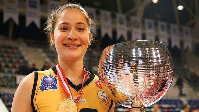 2020 Tokyo Olimpiyat Oyunları ve CEV Kadınlar Avrupa Voleybol Şampiyonası'nda rakiplerine fırsat tanımayan başarılı oyuncu Tuğba Şenoğlu, kızıl saçlarıyla gündemimizde yer alan isimlerden biri.