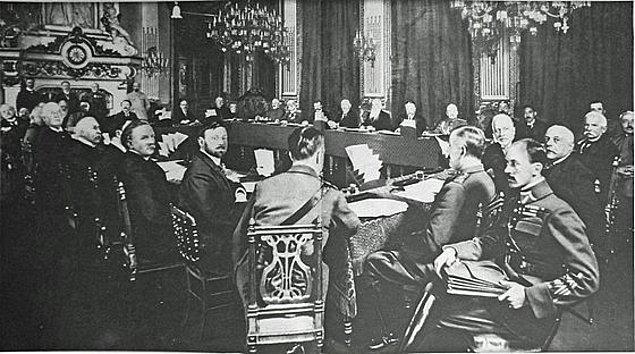 Ve 17 Ekim'de Lord Curzon son kez bir araya geldiği Lloyd George'u istifaya davet eder. 19 Ekim'deki toplantıda ise Lloyd George'un Liberal Partisi ile koalisyon kurmuş olan Muhafazakar Parti...