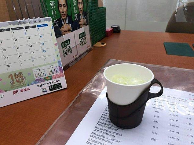 """4. """"Postanede işim uzadığından bana kibarca bir bardak çay ikram ettiler."""""""
