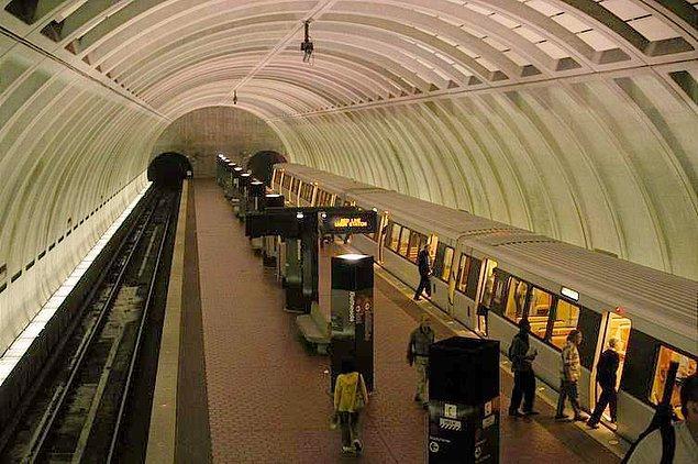 Bir adam, ABD, Washington'da bir metro istasyonunda keman çalmaya başlar.