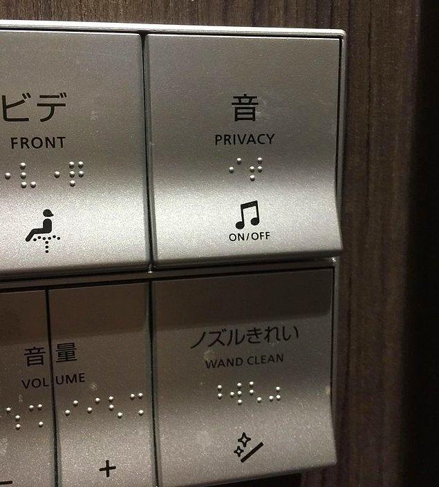 """16. Size bir """"mahremiyet"""" düğmesi sunan bu tuvalet, seslerinizin dışardan duyulamayacak bir şekilde ayarlıyor."""