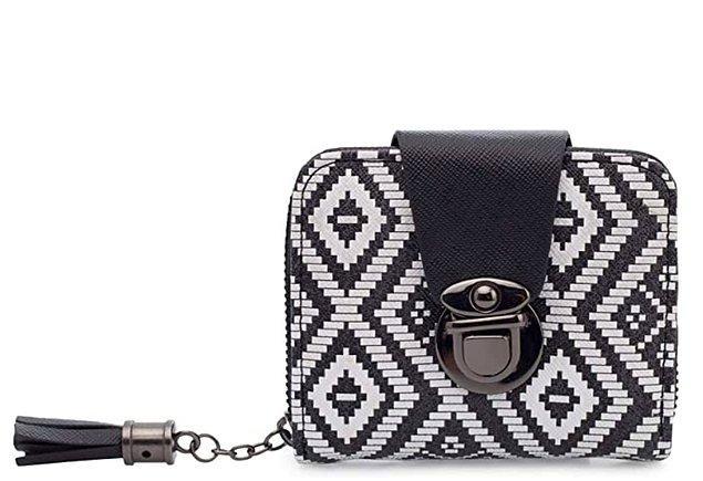 19. Sallanan aksesuarlı cüzdanlar da bu yıl çok moda! Lela siyah beyaz cüzdan ufak ama kullanışlı!