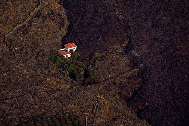 Kanarya Adaları'nın Mucize Evi: Etrafındaki Her Şey Küle Dönmesine Rağmen Hiçbir Zarar Görmedi