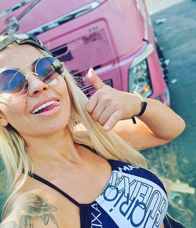 """Brezilya'da meyve-sebze taşımacılığı yapan kadın, Newsflash'e verdiği röportajda pembe tırının """"sıfırdan başlayarak kırsal bir kesimden gelip bugün kendi başarısını yakalamasını"""" temsil ettiğini söylemiş."""
