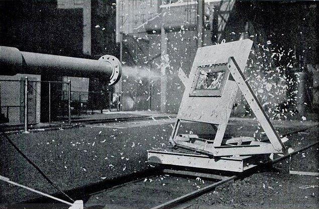 10. Uçakları test etmek için tavuk fırlatma silahının icat edildiğini ve maalesef ki kullanıldığını duymuş muydunuz?