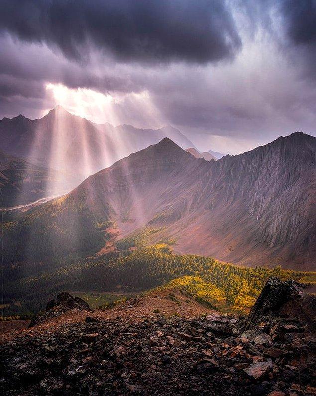 8. Bazen yağmurda yürüyüş yapmanın bile ödülleri vardır. Alberta'daki Pocaterra Ridge'den çekilmiş. 😍