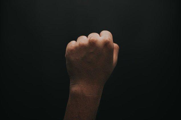 16. Başparmağınızı diğer parmaklarınızın arkasına gizlemek bir gerginlik belirtisidir. Aynı zamanda bunu yapan kişinin toplum içinde fark edilmeden kalmak istediği anlamına da gelir.