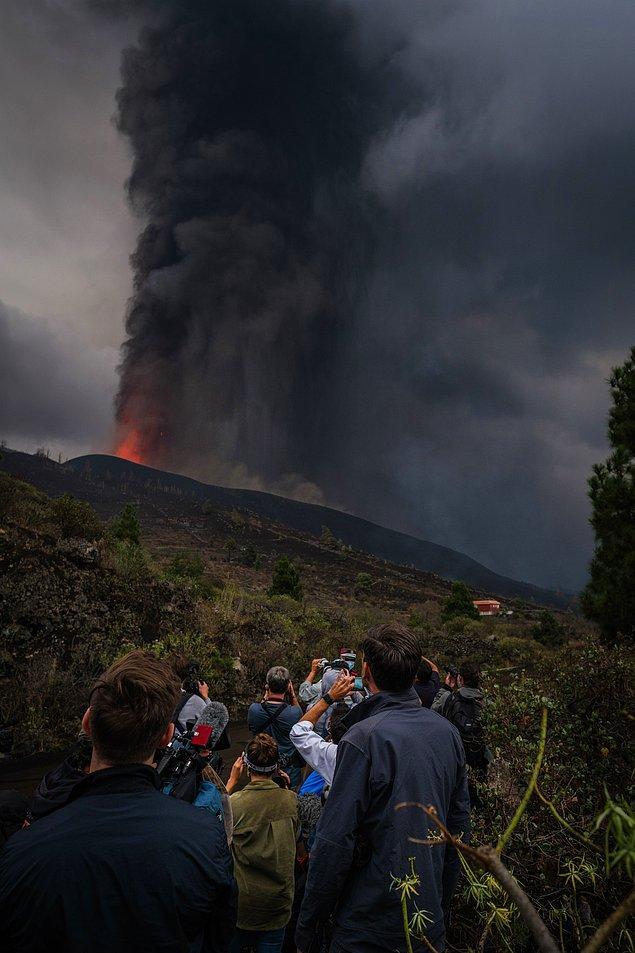 Diğer yandan şimdiye kadar 6 bin kişinin evlerinden tahliye edildiği La Palma'da, yanardağda yeni iki ağızın açılmasından ve şiddetli patlamaların çevreye verdiği zarardan dolayı tedbir amacıyla üç mahallede 400 kişinin daha bugün tahliye edildiği duyuruldu.