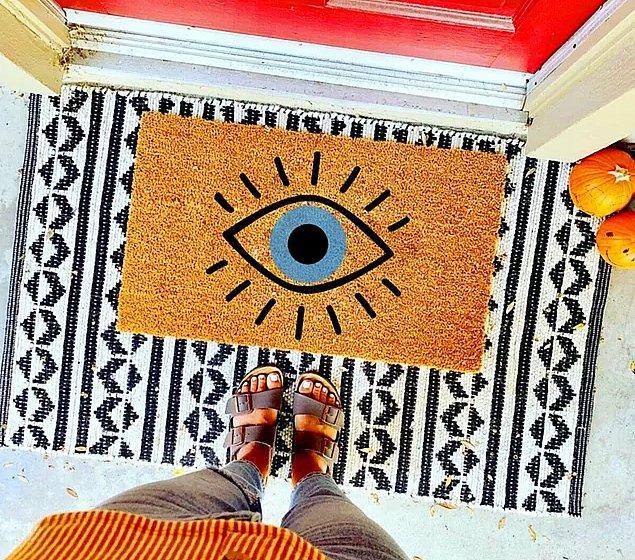 6. Son zamanların tercih edilen deseni olan göz temalı nazar boncuğu dekorlu paspas.