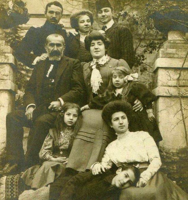 1886 yılında dünyaya gelen Cevat Şakir, amcası Sadrazam Cevat Paşa'dan ve büyükelçi babası Şakir Paşa'dan isimlerini alır. Nispeten şanslı bir çocukluk yaşayacak olan Cevat Şakir...