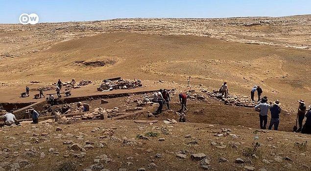 Karahantepe, Şanlıurfa kent merkezine yaklaşık 50-55 kilometre, Göbeklitepe'ye ise 40 kilometre mesafede yer alıyor. Kazıların yapıldığı bozkır bölgede bulunan tepeler ise deniz seviyesinden 500 metre yükseklikte.