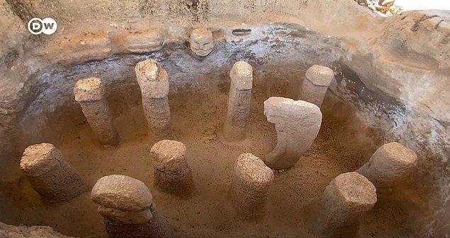 Karahantepe'de, Göbeklitepe'de bulunan dikili taşlara benzer 250'den fazla dikili taş olduğu bildiriliyor. Taşların bir kısmı ise ana kayadan oyulmuş.