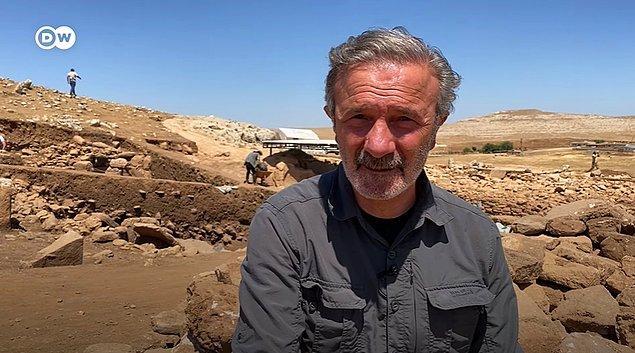 """""""Bu kadar kısa bir sürede Karahantepe'yi tamamen anladığımızı söyleyemeyiz ama yaklaşık olarak M.Ö. 9200-9400'lü yıllara kadar inen katmanların içerisinde çalışıyoruz. Bunların daha eskisinin de, daha yenisinin de olabileceğini söyleyebiliriz."""""""